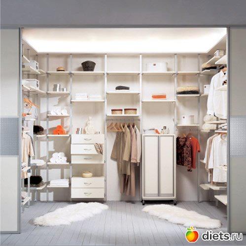 ...ряды шкафов, установленные на полу.  Корпусное исполнение экономично...