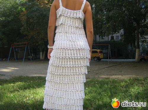 Платье вязаное крючком воланами на