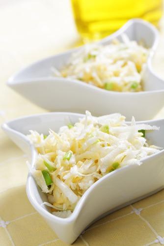 В чашу рвем предварительно промытые и тщательно просушенные листья салата