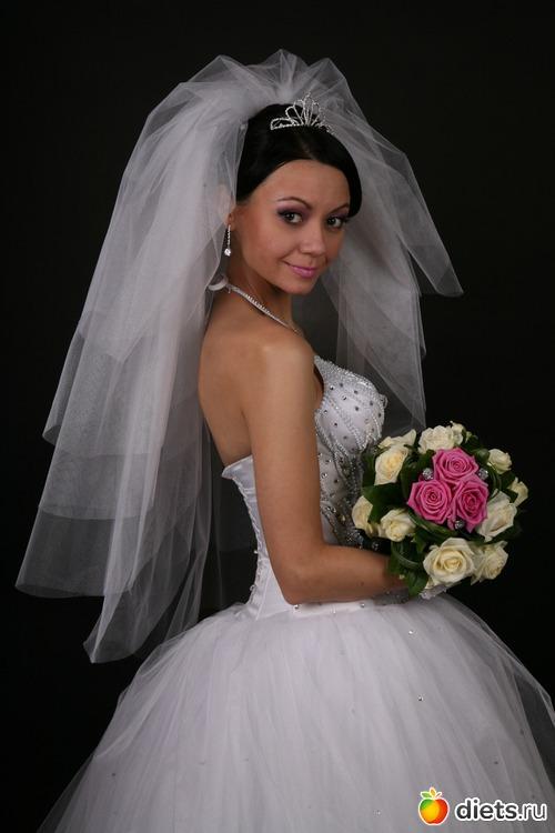 Я без фаты свою свадьбу не представляла. Была обьемная, средней длины фата, хорошо гармонировала и с платьем, и с прической