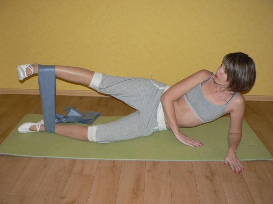 Из этого положения через сопротивление эспандера выполните подъем верхней прямой ноги.  После посильного количества.