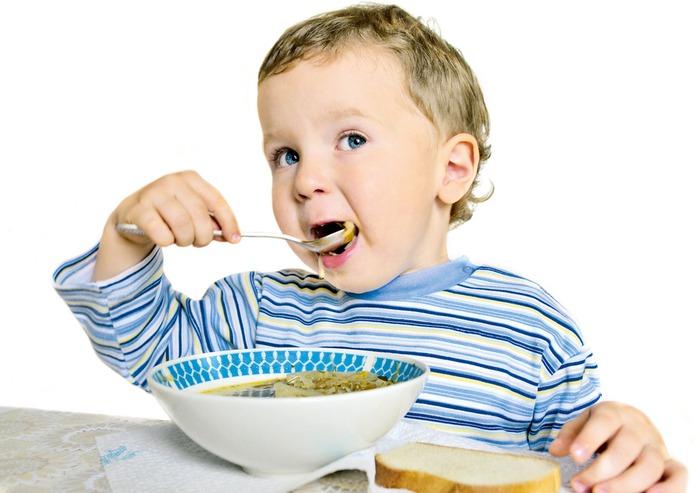 С какого возраста учат самостоятельно кушать