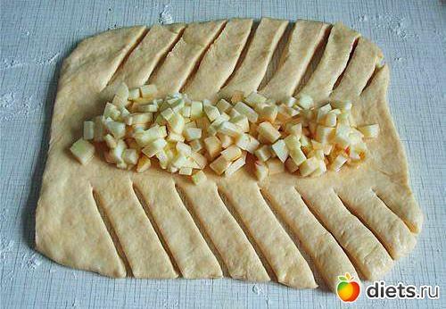 Пирог из слоеного дрожжевого теста с ревенем