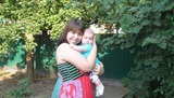 Самое драгоценное ожерелье на шее женщины-это руки обнимающего ребенка!