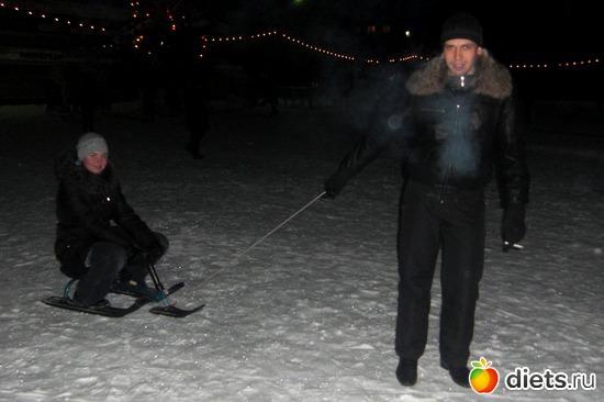 муж катает меня на снегокате