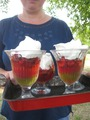 Десерт: желе, клубника, взбитые сливки