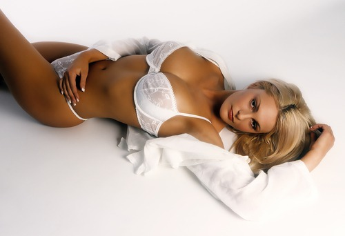 Пухленьких нижнее белье блондинки сфотографироваться сексуально
