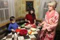 Моя младшая дочь Ксюша и трехлетний внучек Марик помогают готовить заливное из куриных грудок.