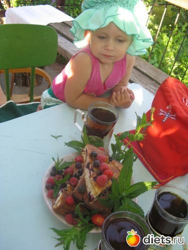 """МАША И ЯГОДНЫЙ ПИРОГ: """"Сейчас меня покормят, сейчас я буду кушать!?"""" (Моя доченька Маша у бабушки на даче. В образе купчихи готова к чаепитию с фирменным ягодным пирогом, для которого сама собирала ягодки в огороде)"""