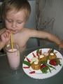 """МАША И ЗДОРОВОЕ ПИТАНИЕ: """"Вкусновато, но маловато!!!"""" (Моя доченька  Маша пьет свой любимый молочный коктейль и наслаждается творожными кнедликами с ягодами в жаркий летный полдень)"""