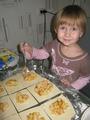 """МАША И ПИРОЖКИ: """"Ух. я такая скорая на помощь!!!"""" (Помогает маме (т.е. Мне)  лепить пирожки с яблочной начинкой))"""