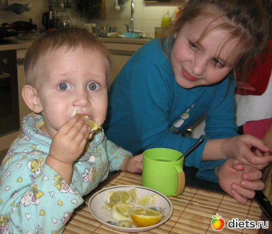 "МАША И ЛИМОН: ""Вкусновато, но маловато!"" ((Захотелось ребенку витаминчиков: съела три дольки и даже не поморщилась!"" (на фото мои дочери: Маша -2 годика, Наташа - 9 лет)"