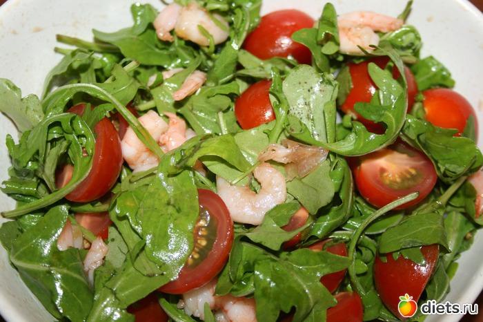 салат с руколой и помидорами черри и креветками