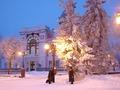 на фоне краеведческого музея в Ульяновске на Венце