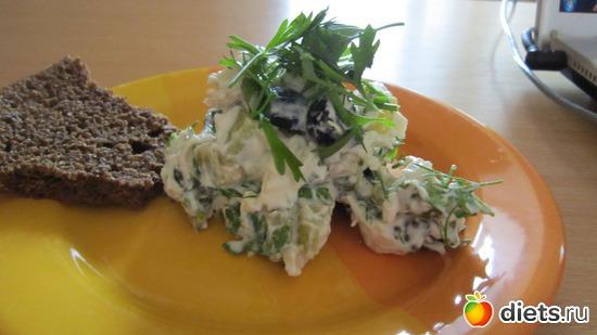 Белковый салат (куриная грудка/маринованный огурчик/чернослив/йогурт/майонез/, альбом: Мои рецепты// Фото-меню