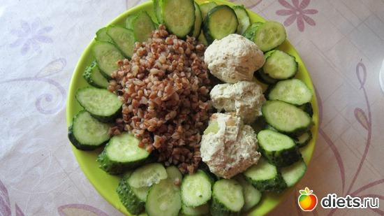 Обед: куриные фрикадельки, греча, огурец, альбом: Мои рецепты// Фото-меню