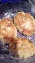 Картофельные котлеты с зеленью и творожным сыром.