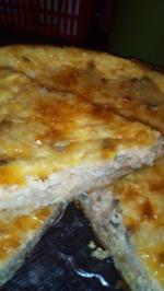 Рыбный пирог на несладком песочном тесте в сливочно-сырной заливке.