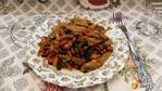 Теплый салат с курицей, баклажанами, морковью, зеленью и чесноком.