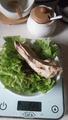 куриная грудка и листья салата с кунжуьным маслом