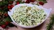 Салат с капустой, зеленым горошком и яйцом