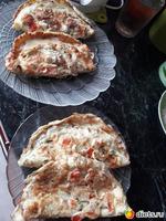 Яичные блинчики с сыром, мясом, зеленью и помидорами