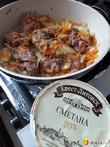Печень индейки в сметанном соусе с луком и морковью