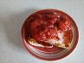 Жаренный на кокосовом масле адыгейский сыр с соусом из замороженной клубники