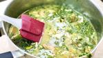 Борщ со щавелем, шпинатом, зеленым луком и яйцом